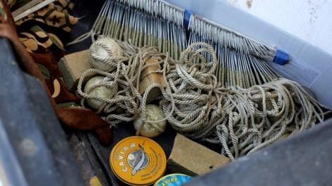 """Т.нар. """"кърмаци"""" са жестоко и незаконно средство за риболов. Снимка: Ralf Gemecke"""